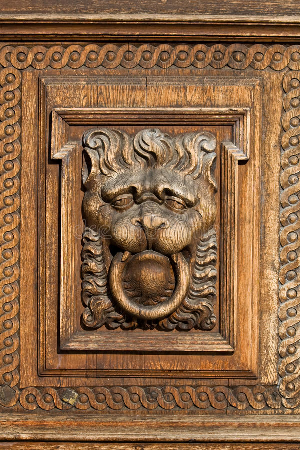 Relevación de madera del león fotos de archivo libres de regalías