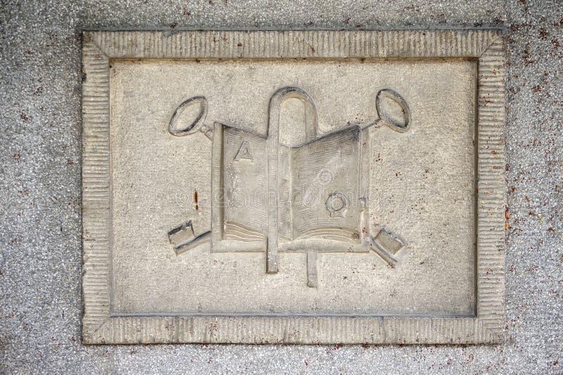 Relevación de piedra con símbolos de la religión fotos de archivo libres de regalías