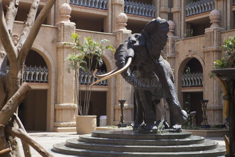 Relevo da cabeça do elefante africano, rochas artificiais em Sun City, África do Sul fotos de stock royalty free