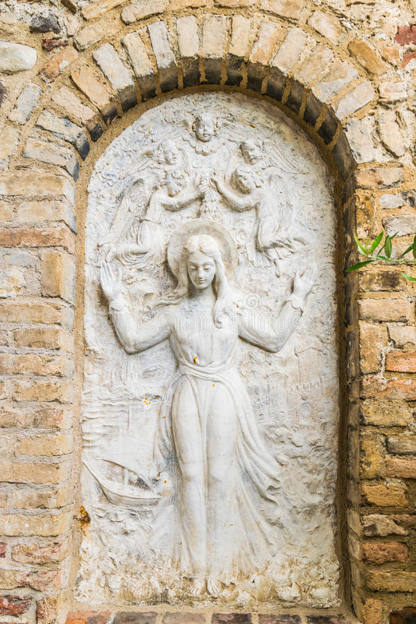 Relevo de Bas que representa a Virgem Maria cercada por anjos foto de stock royalty free