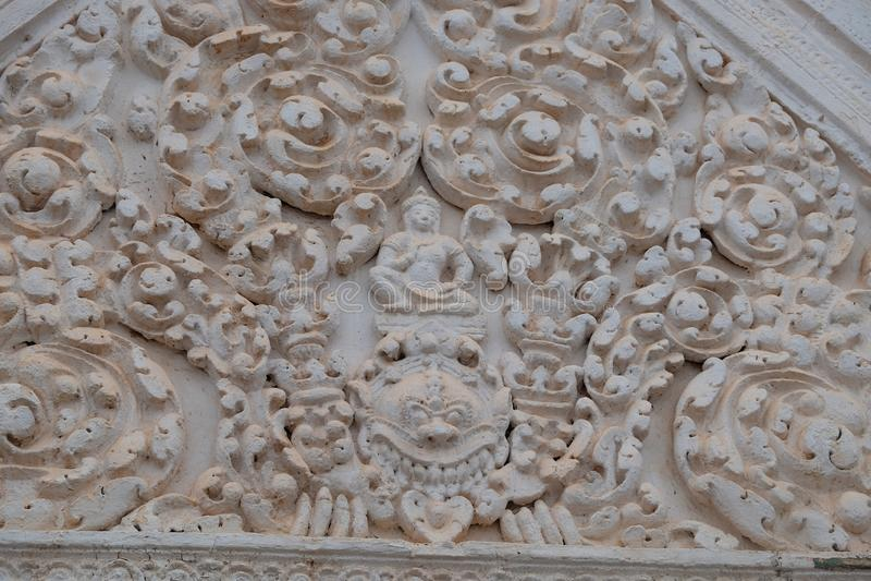 Relevo de pedra acima da entrada do templo antigo, Ásia fotografia de stock royalty free