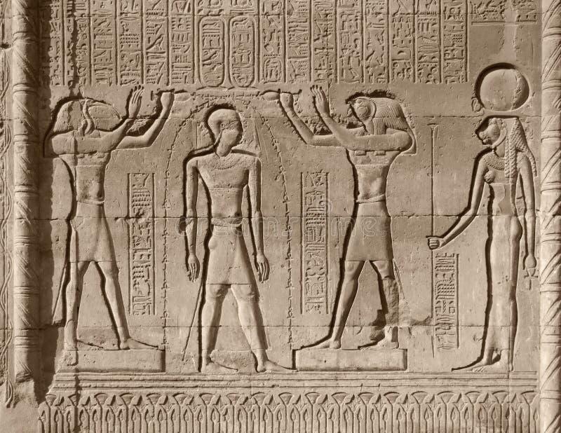 Relevo de pedra no templo de Chnum ilustração royalty free