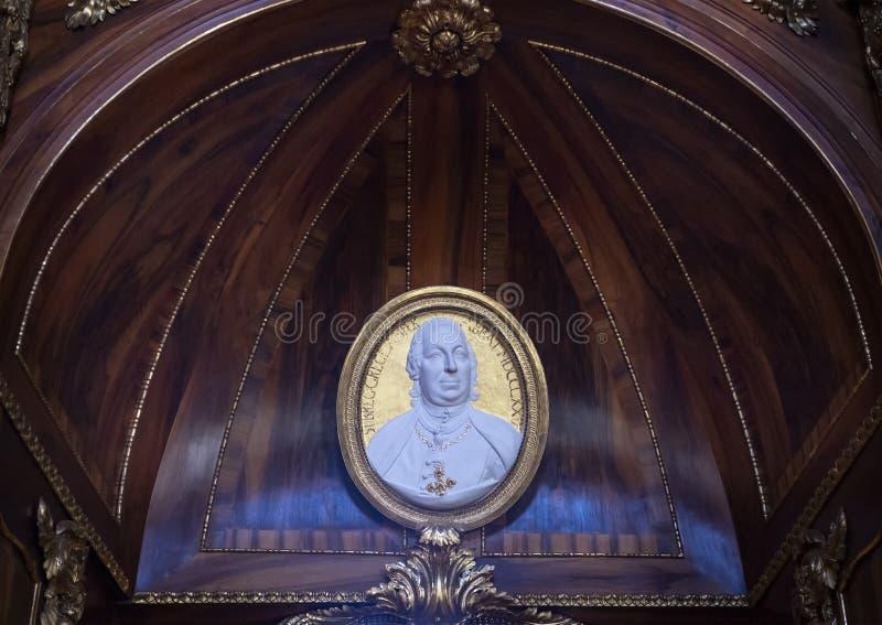 Relevo de um homem famoso no Salão filosófico, biblioteca de monastério de Strahov, Praque fotos de stock