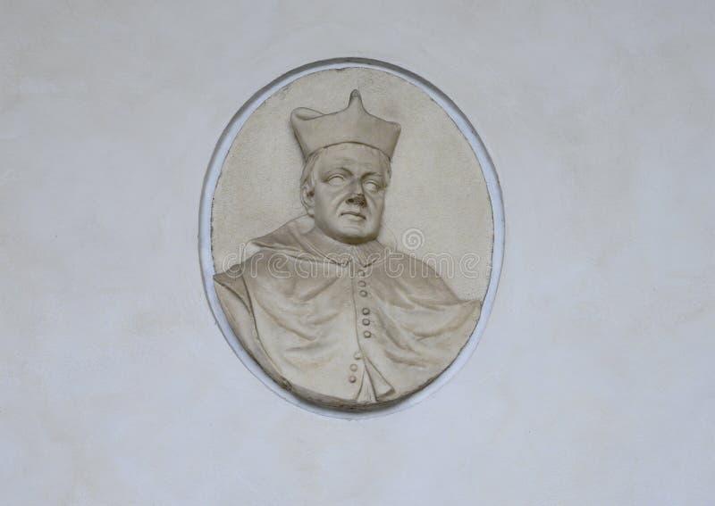 Relevo de um papa em uma parede do claustro das rãs no delle Grazie de Santa Maria, Milão, Itália imagem de stock royalty free
