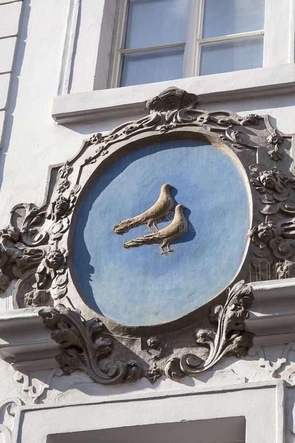 Relevo na fachada da construção velha, pássaros, rua de Nerudova, Praga, República Checa imagens de stock royalty free
