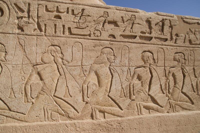 Relevo que descreve uma fileira dos cativos no templo de Abu Simbel de Ramesses II, Egito foto de stock