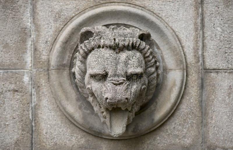 Relevo velho com cabeça do leão foto de stock