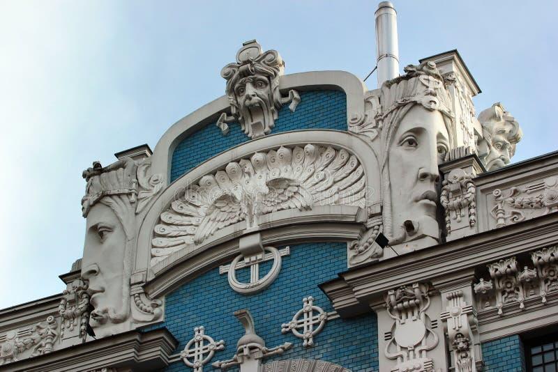 Relevos de Bas na fachada em Riga, Letónia foto de stock