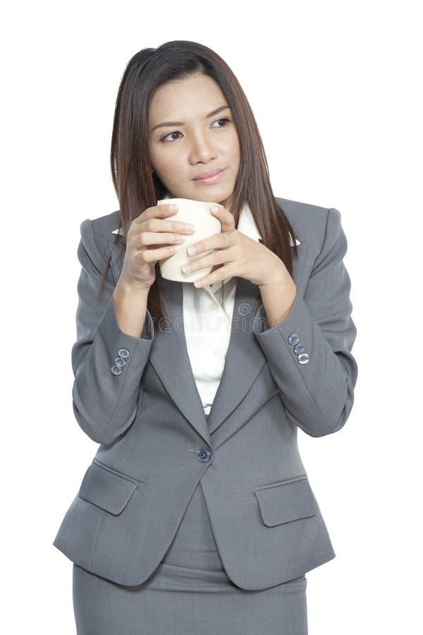 Relexatio de consumición bonito joven atractivo del café de la mujer de negocios fotos de archivo libres de regalías