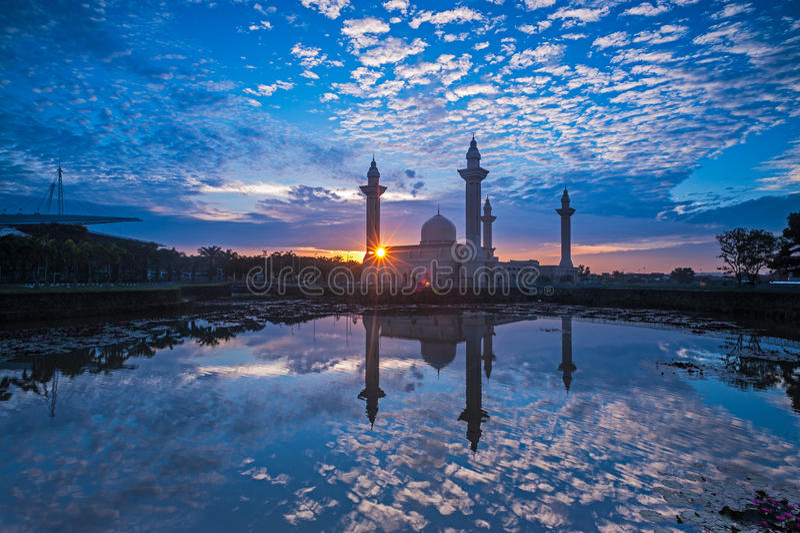 Relfection мечети и облаков на восходе солнца стоковое фото rf