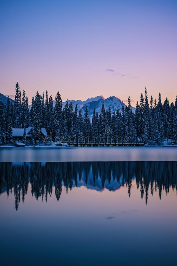Relfection d'Emerald Lake Lodge, Yoho National Park, Canada photos stock