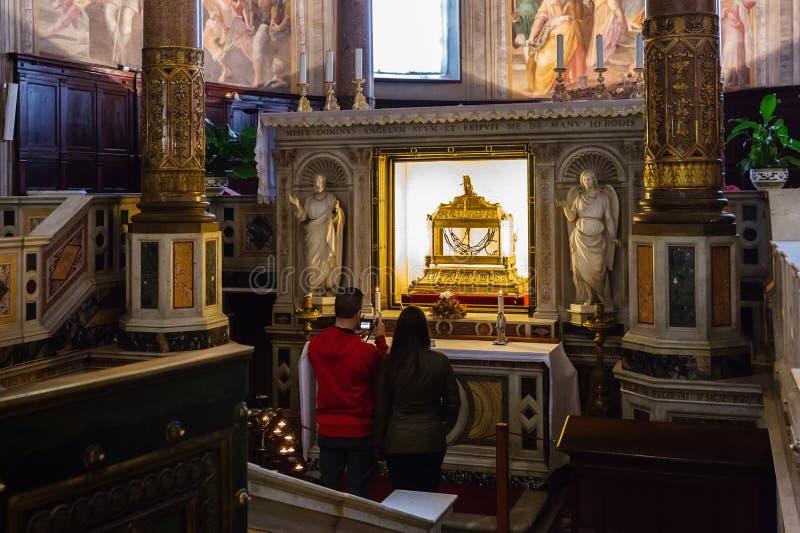 Relicário que contém as correntes de St Peter na basílica San fotografia de stock