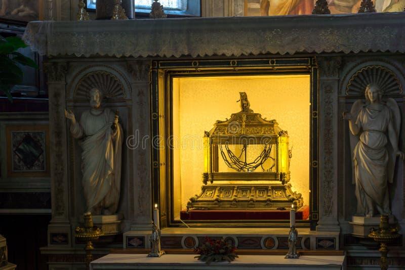 Relicário que contém as correntes de St Peter na igreja de St Peter nas correntes San Pietro em Vinc imagem de stock