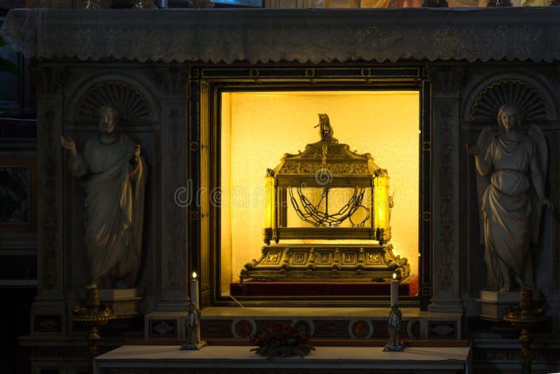Relic?rio que cont?m as correntes de St Peter na igreja de St Peter nas correntes San Pietro em Vinc imagem de stock