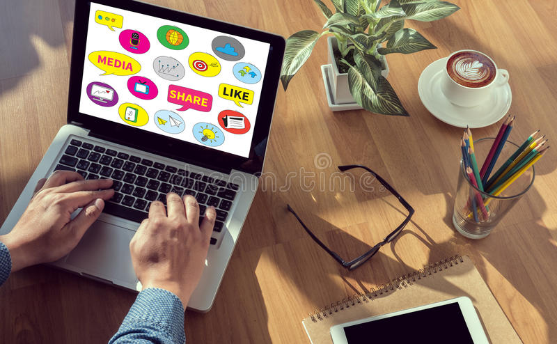Relier et partager l'utilisation sociale de personnes de media se relient photo stock