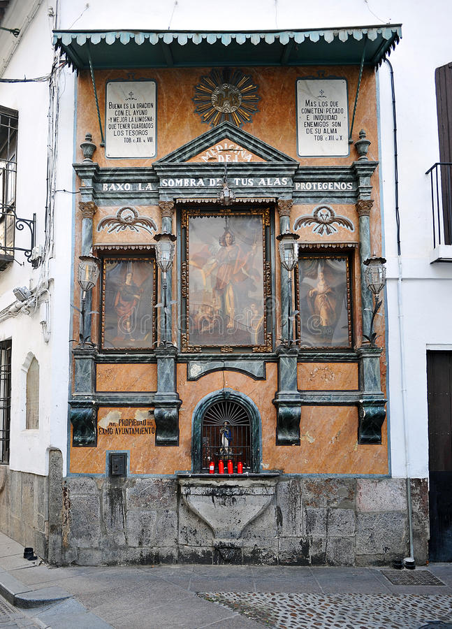 Religiös altartavla av San Rafael på gatorna av Cordoba, Spanien arkivbilder