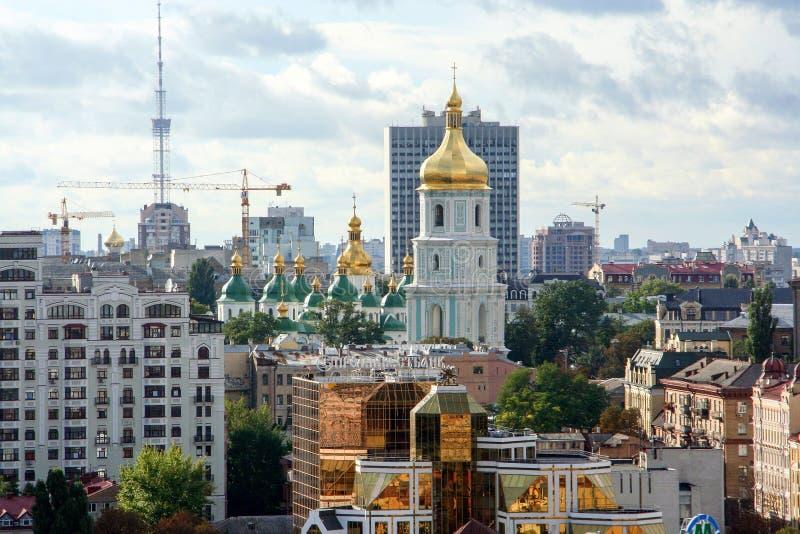 Religiös arkitektur av Ukraina Kyrka med guld- kupoler i Kiev fotografering för bildbyråer