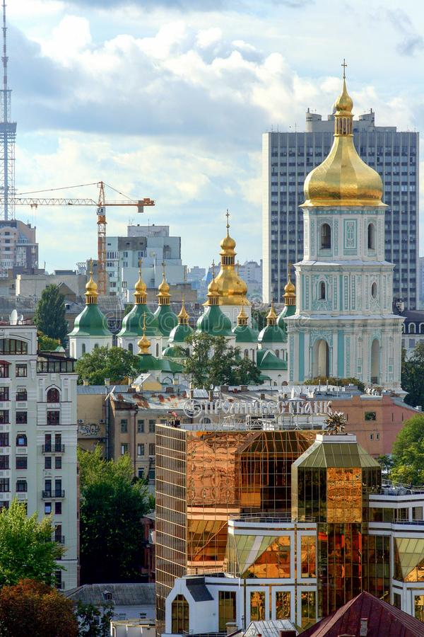 Religiös arkitektur av Ukraina Kyrka med guld- kupoler i Kiev arkivfoton