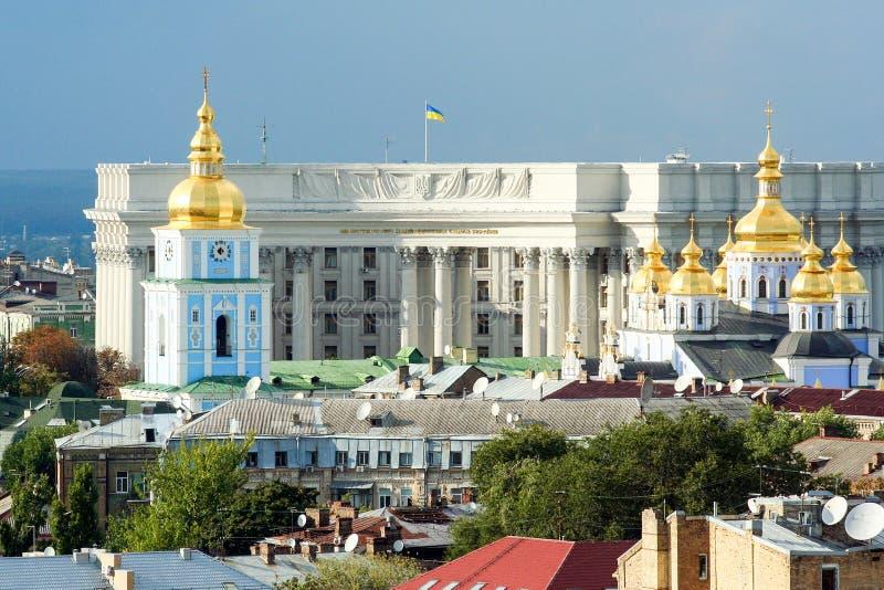 Religiös arkitektur av Ukraina Kyrka med guld- kupoler i Kiev royaltyfri bild