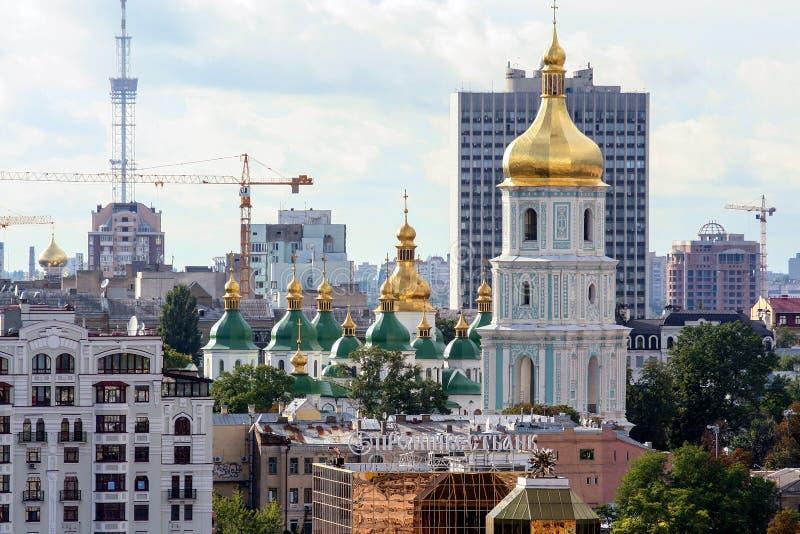 Religiös arkitektur av Ukraina Kyrka med guld- kupoler i Kiev royaltyfria bilder