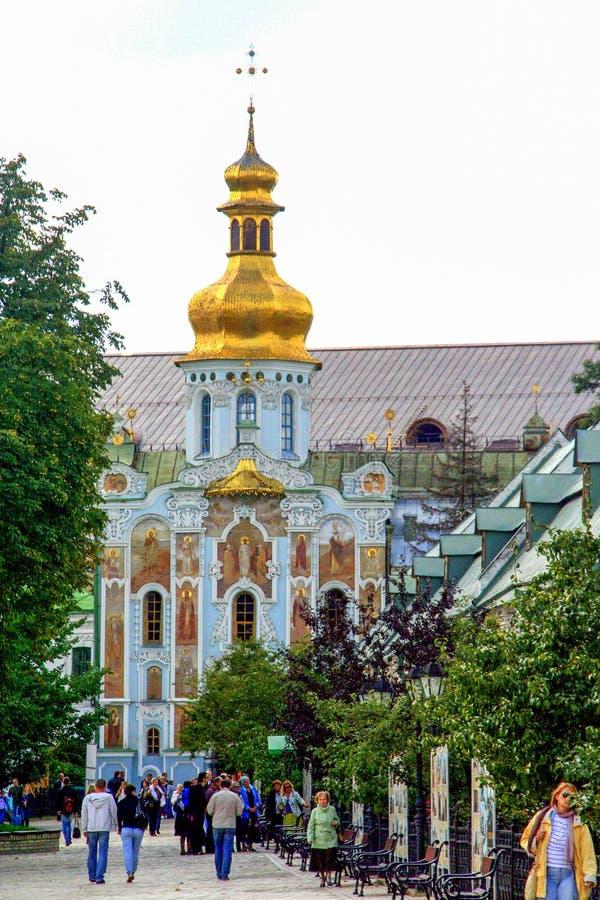 Religiös arkitektur av Ukraina Kyrka med guld- kupoler i Kiev royaltyfria foton