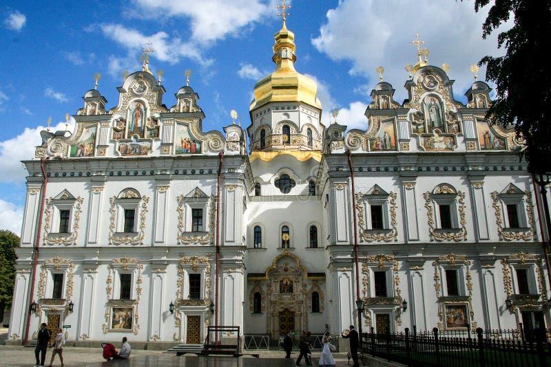 Religiös arkitektur av Ukraina Kyrka med guld- kupoler i Kiev arkivbild