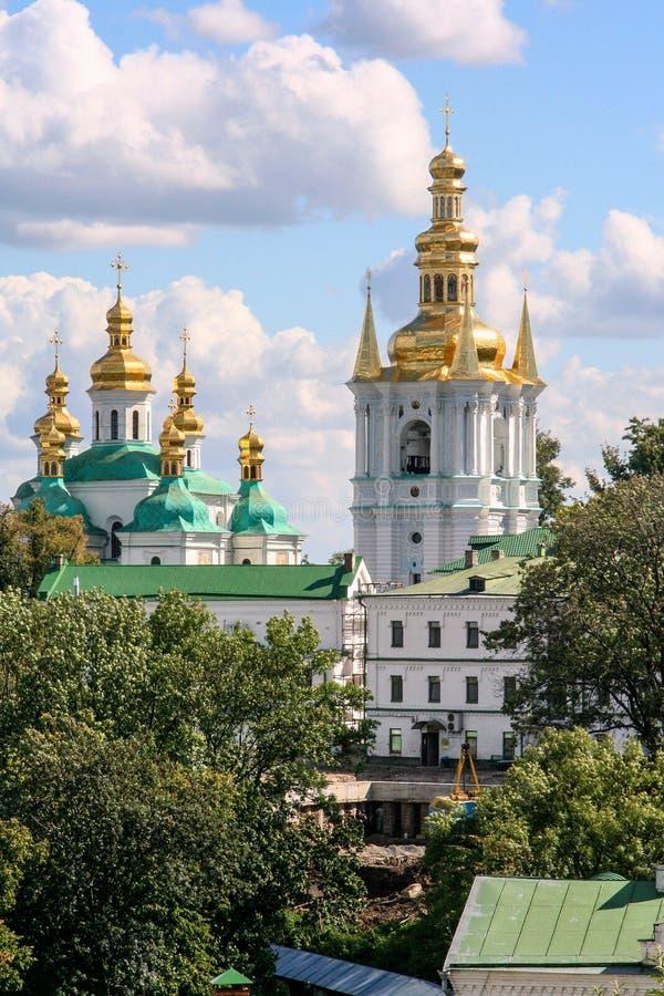 Religiös arkitektur av Ukraina Kyrka med guld- kupoler i Kiev royaltyfri fotografi