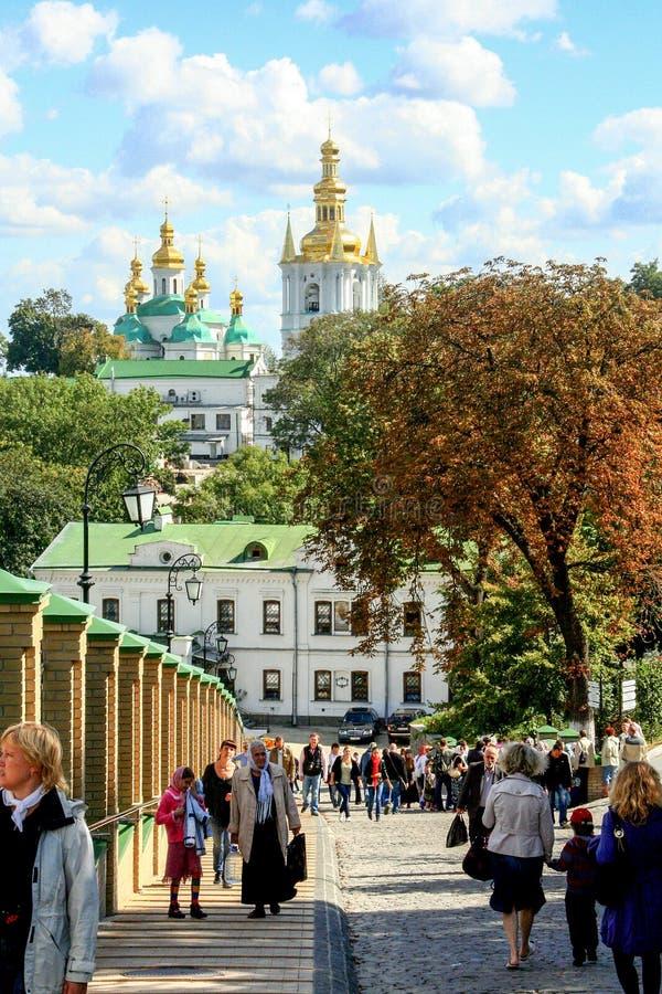 Religiös arkitektur av Ukraina Kyrka med guld- kupoler i Kiev arkivbilder