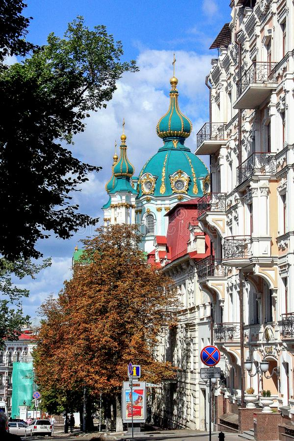 Religiös arkitektur av Ukraina Kyrka med guld- kupoler i Kiev royaltyfri foto