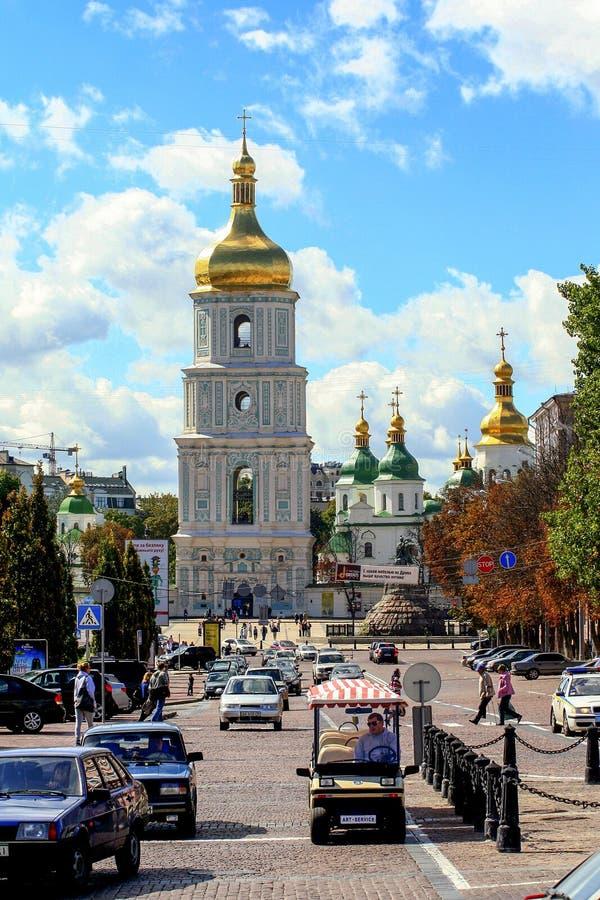 Religiös arkitektur av Ukraina Kyrka med guld- kupoler i Kiev arkivfoto