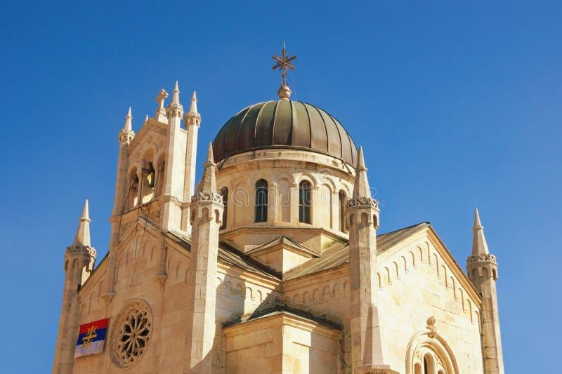 Religiös arkitektur Kupol av den ortodoxa kyrkan av ärkeängeln Michael i gammal stad av Herceg Novi mot blå himmel Montenegro arkivbild