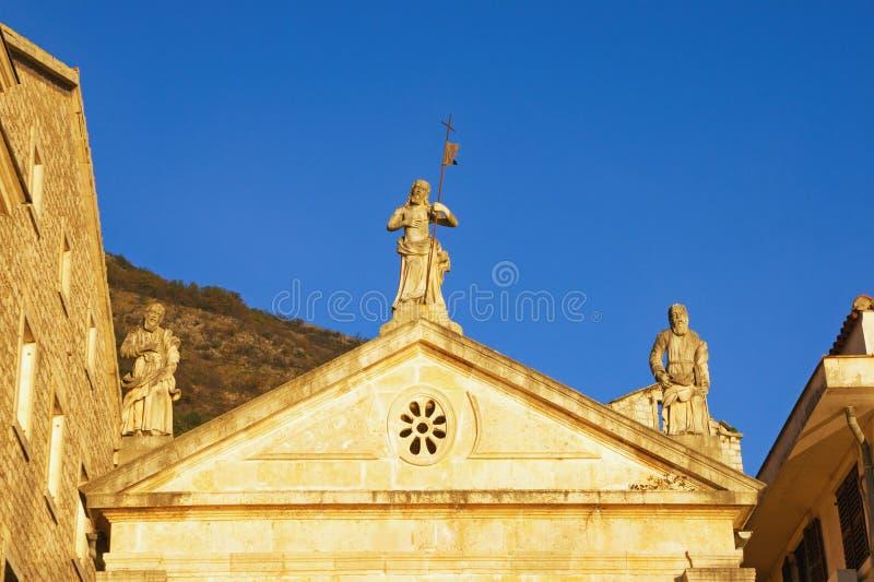 Religiös arkitektur Tre statyer på vågspel av kyrkan Montenegro Perast stad, kyrka av St Mark fotografering för bildbyråer