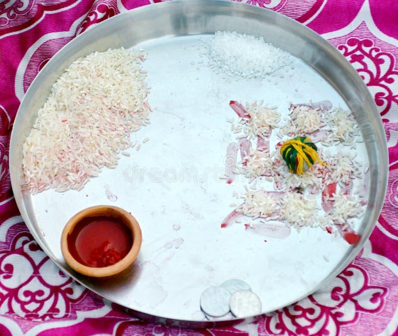 Religiös dyrkan Puja Thali i bröllop royaltyfria bilder