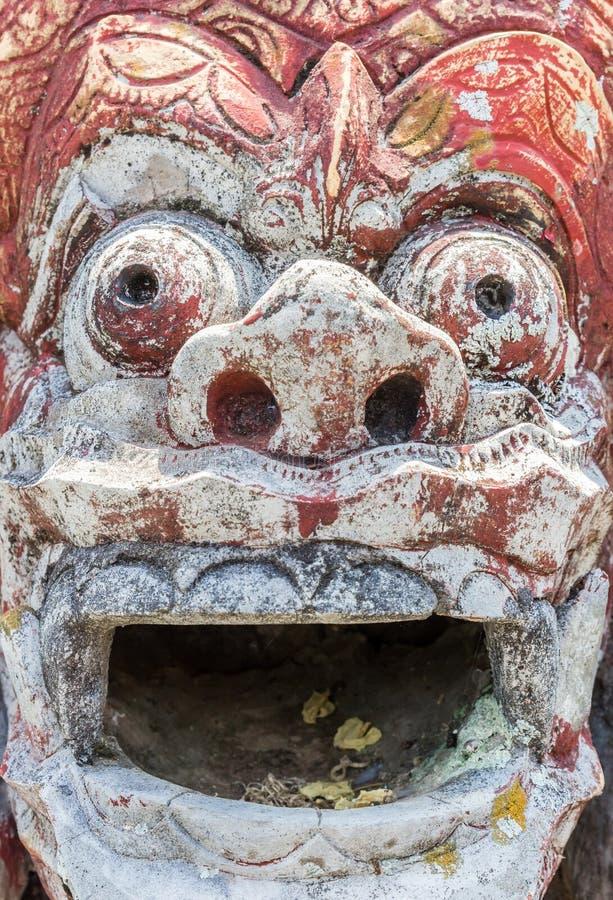 Religiös indonesisk skulptur på det Taman Tirta Gangga vattnet p arkivbild