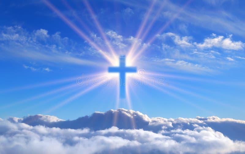 Religiös kreuzen Sie über den Kumuluswolken, die durch die Strahlen des heiligen Strahlens, Konzept belichtet werden stockfotografie