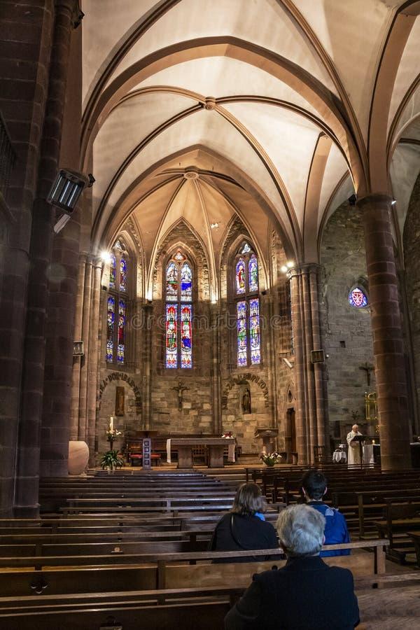 Religiös mass på Notre-Dame-du-Anfall-du-Pont Kyrktaga, Helgon-Jean-Pied-de-port, Frankrike arkivbilder