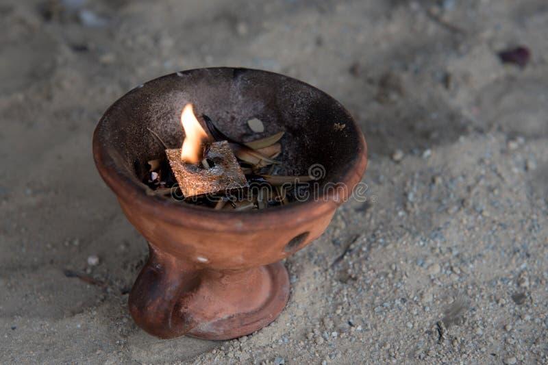 Religiös rökelsekar med bränningstearinljuset royaltyfri foto