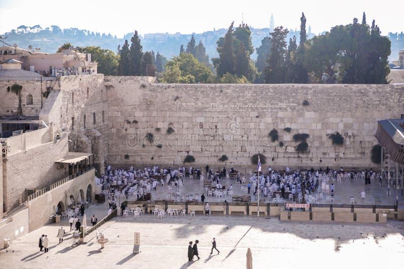 Religiösa judar i morgonbön nära den västra väggen royaltyfria bilder