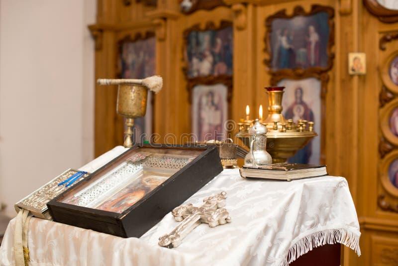 Religiösa redskap - bibel, kors, bönbok Detaljer i ortodox kristen kyrka royaltyfri bild