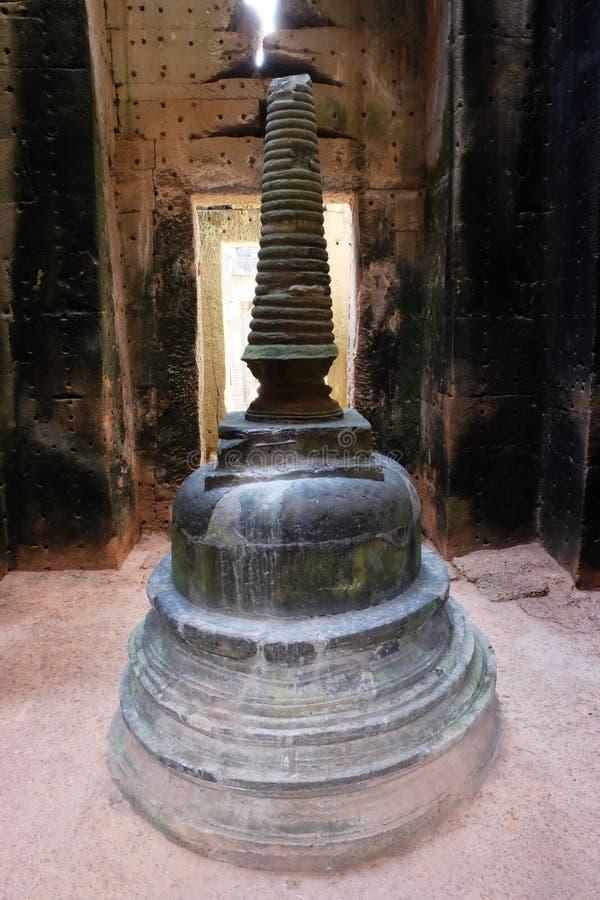 Religiösa redskap i en övergiven buddistisk tempel En forntida apparat för religiösa ritualer arkivfoton