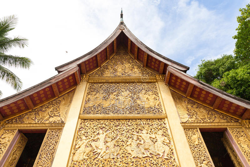 Religiöse Carvings auf der Kapelle von Wat Xieng Thong, Laos stockbild