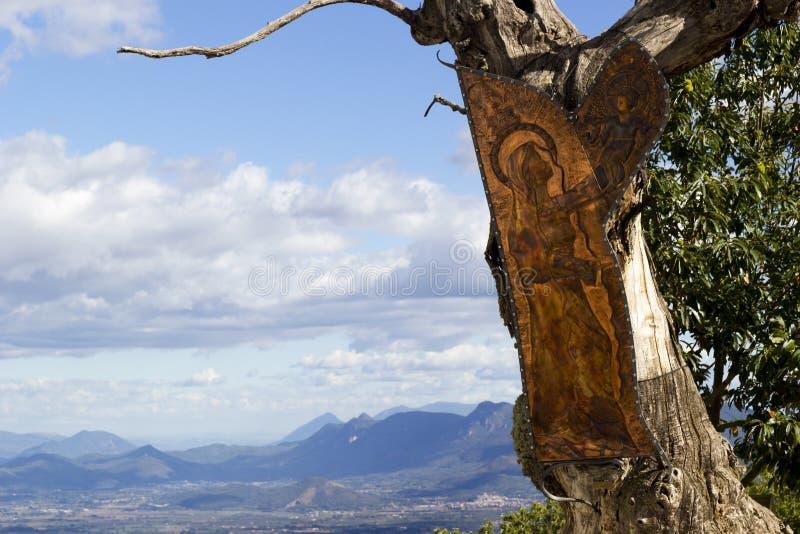 Religiöse Figur auf Baum lizenzfreies stockfoto