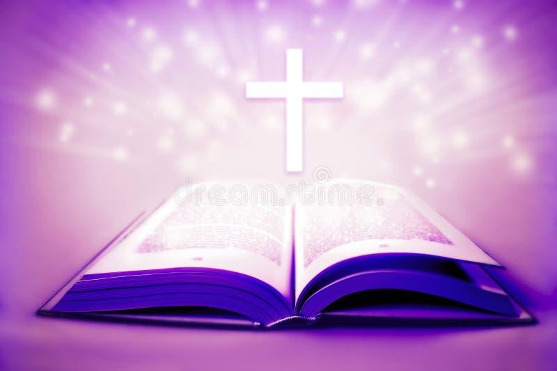 Religiöse heilige Bibel mit den Quer- und purpurroten Farben lieh Ostern-Konzept stockfotografie