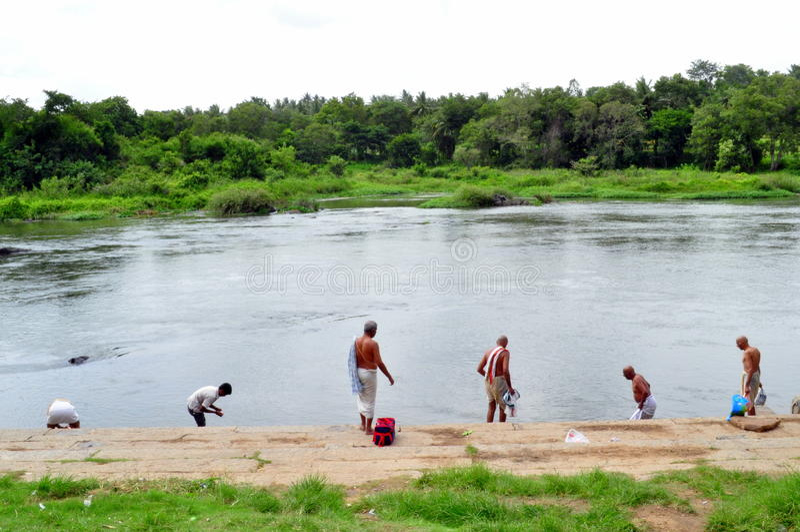 Religiöse Riten durch die Querneigung von Kaveri Fluss! lizenzfreie stockfotos