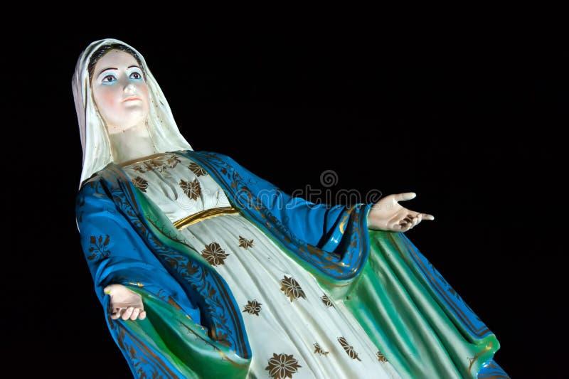 Religiöse Statue von Pra-mae Maria-patisonthi narhumol vor historischer Kirche in Chantaburi stockfotografie