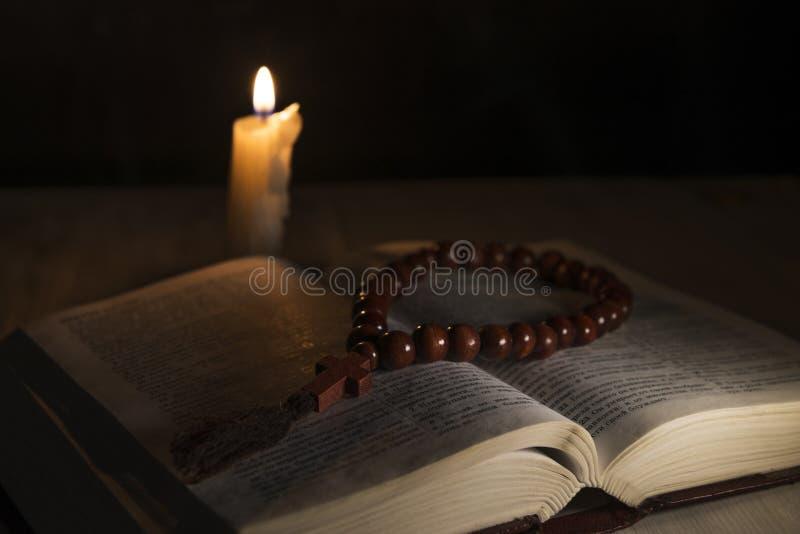 Religiöse Themaheilige schrift mit einem Kreuz lizenzfreie stockfotografie
