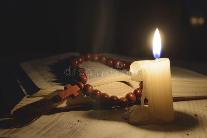 Religiöse Themakerze mit Weihrauch und Heiliger Schrift lizenzfreie stockfotos