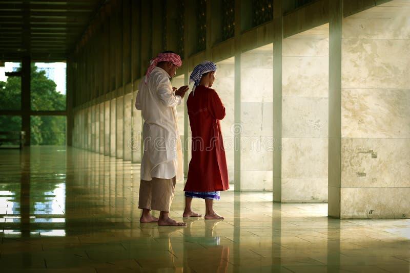 Religiöser moslemischer Mann zwei, der zusammen betet stockbild