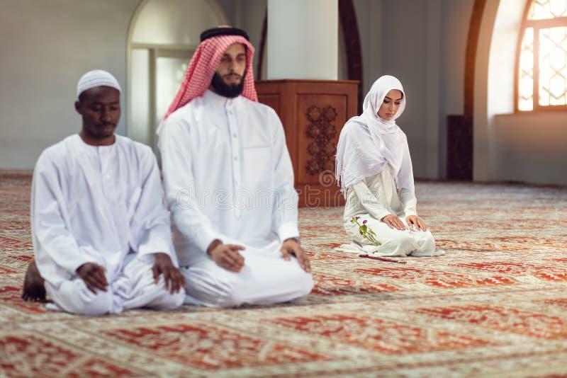 Religiöser moslemischer Mann zwei, der zusammen innerhalb der Moschee betet lizenzfreie stockfotos