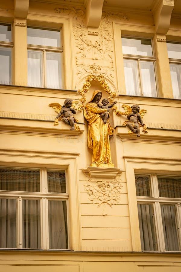 Religiöses culpture vor einem alten Prag-Gebäude stockbild
